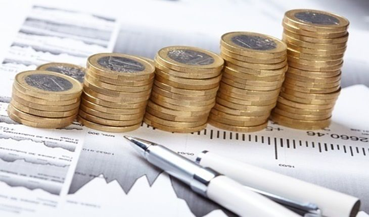 An Overview of Investing Strategies - Dividend Investing; Picture symbolizing the Dividend Investment returns that were achieved from stock market investors by using stacks of gold coins.