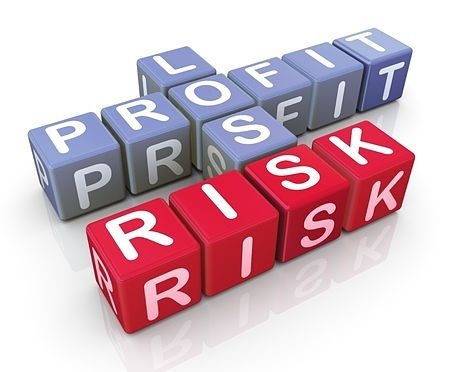 trade management Risk-Reward Ratio - picture of letter cubes each with letters on it to make up words that spell profit and loss in light blue and spells the word risk in bright red